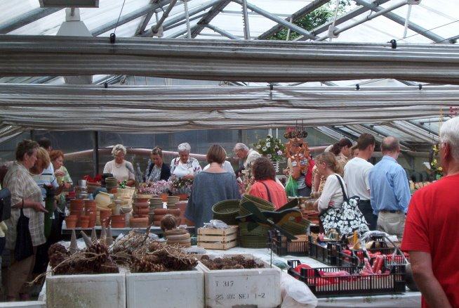 ein Flohmarkt zum Verkauf der Gärtnereiartikel wird veranstaltet
