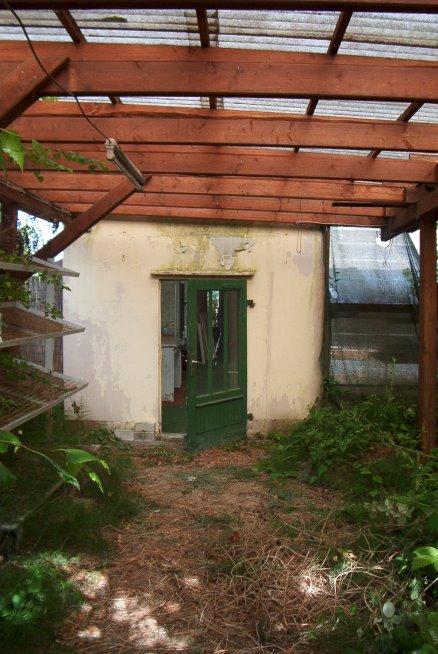die zerstörte Eingangstür