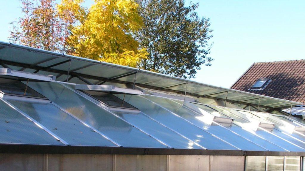 lichtdurchlässige Bedachung mit Dachöffnungen