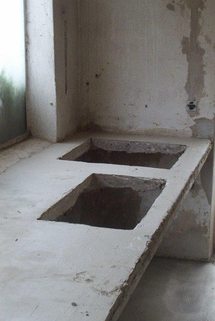 in den vorhandenen Arbeitstisch werden Öffnungen für Spülbecken geschnitten
